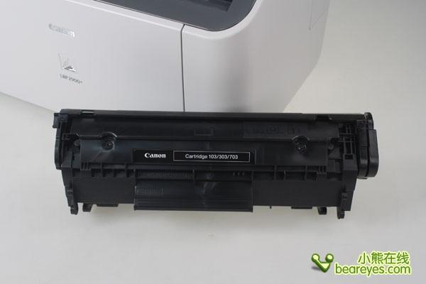 佳能lbp2900 的usb接口采用了卡扣式保护盖设计,设计在机器的背后